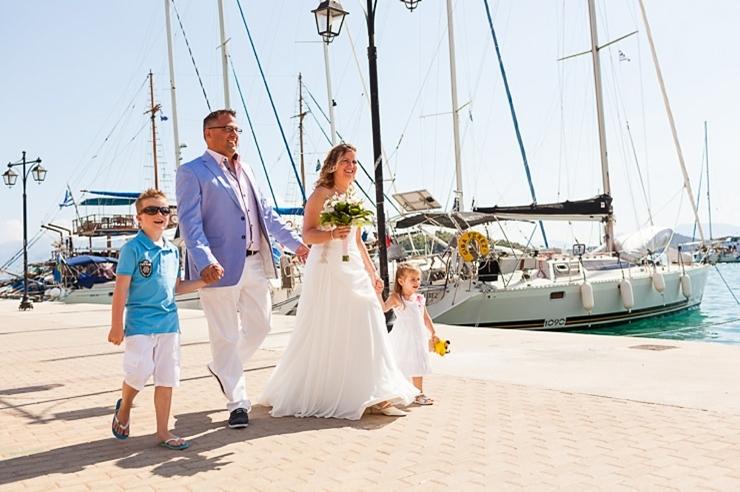 bruidspaar met kinderen griekenland