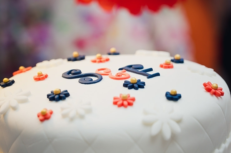 taart met initialen erop bruiloft