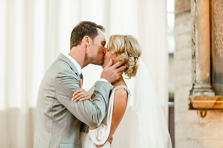 bruidspaar kus leiden