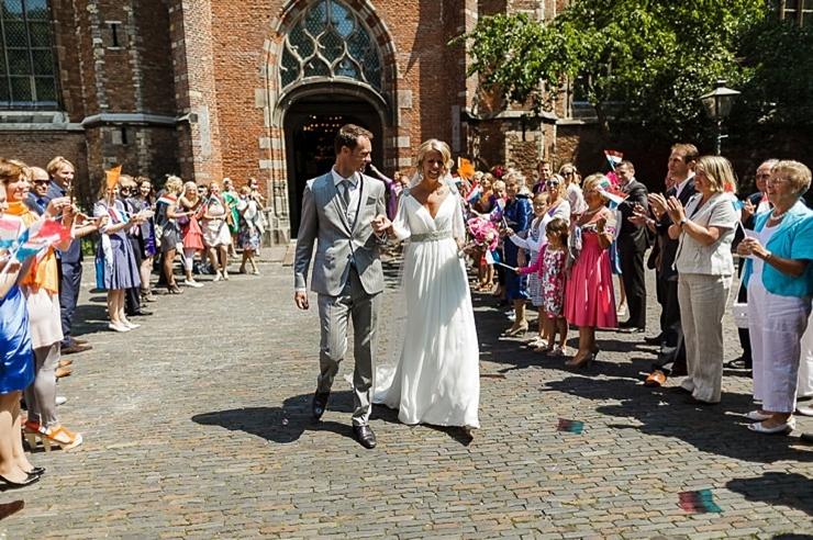 bruidspaar uitzwaaien