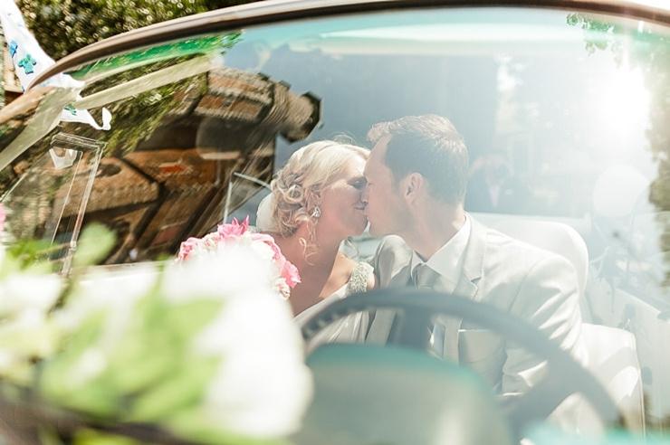 bruidspaar kus voorraam