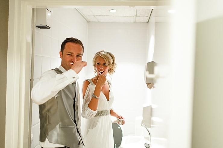 bruidspaar tandenpoetsen