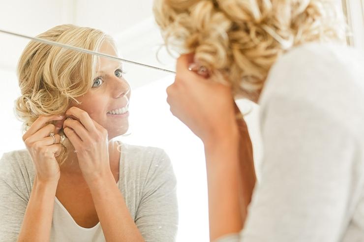 voorbereiding makeup oorbellen bruid
