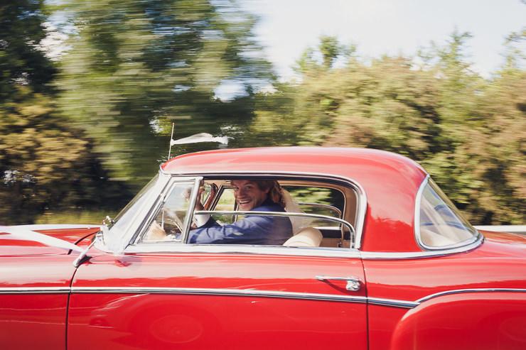 mooie blik bruid auto trouwfotografie