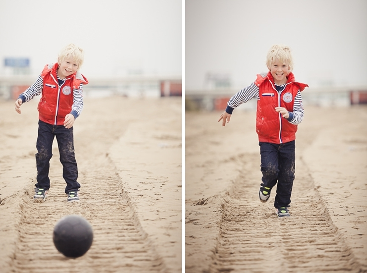 kind met bal strand scheveningen kinderfotografie
