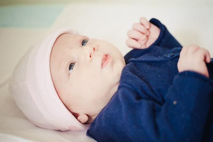 lieve baby newborn babymuts blauwe ogen babyfotografie familiefotografie