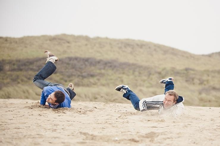 vallen in het zand familiefotografie