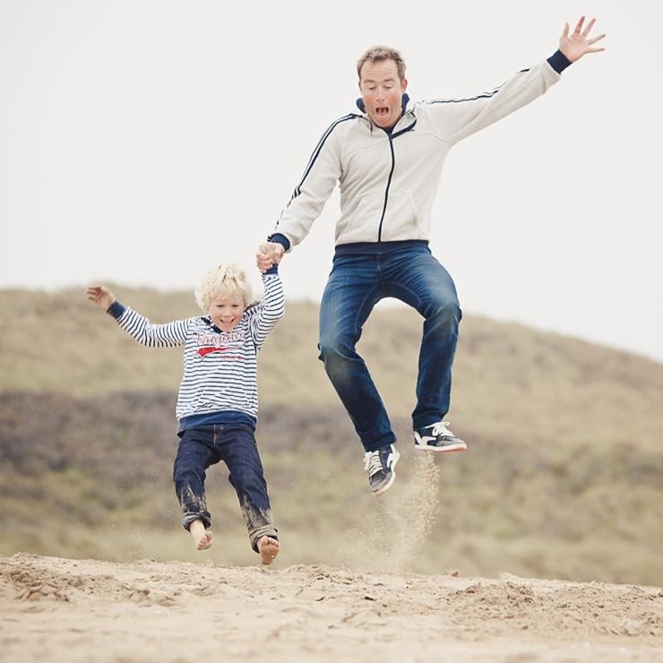 springen in het zand scheveningen strand familiefotografie