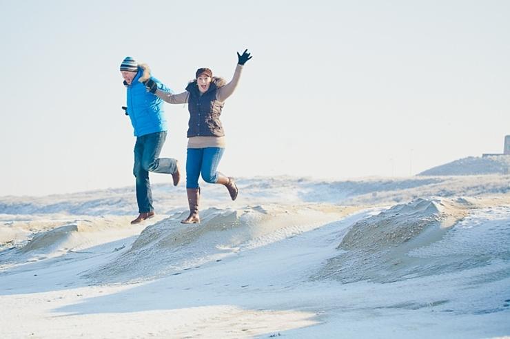 springen in het zand loveshoot fotografie den haag