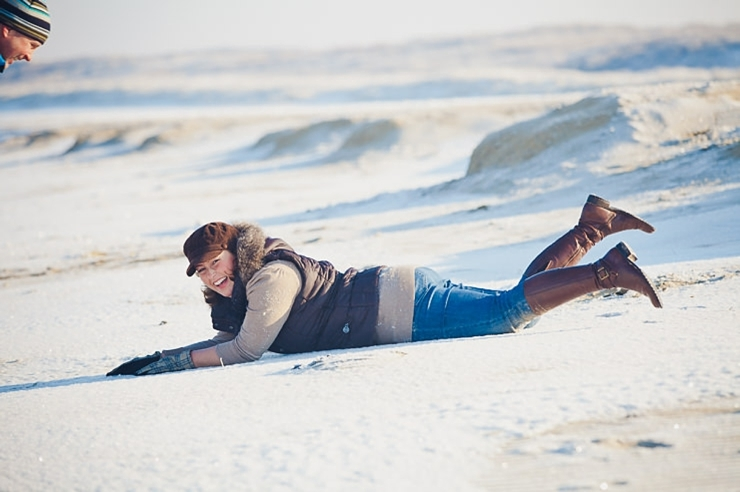 rollen door het zand loveshoot fotografie