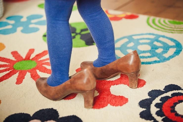 kindervoetjes in grote schoenen familieportret familiefotografie lifestyle