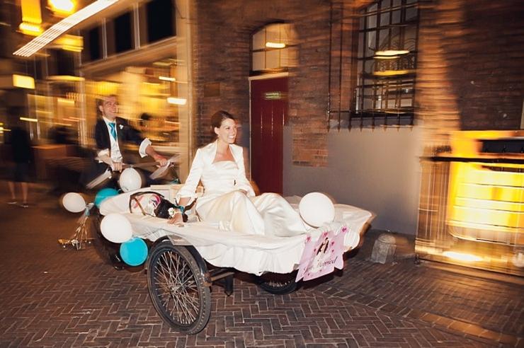 leren fotograferen bruidspaar bakfiets utrecht gracht turquoise